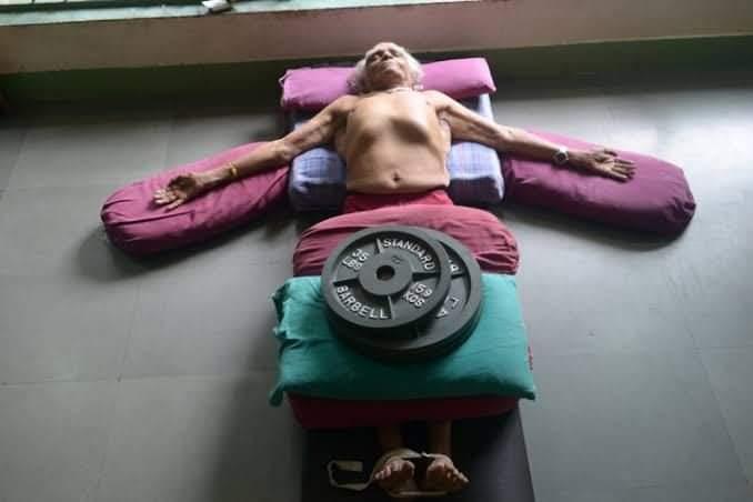 Mestre Iyengar em Savasana