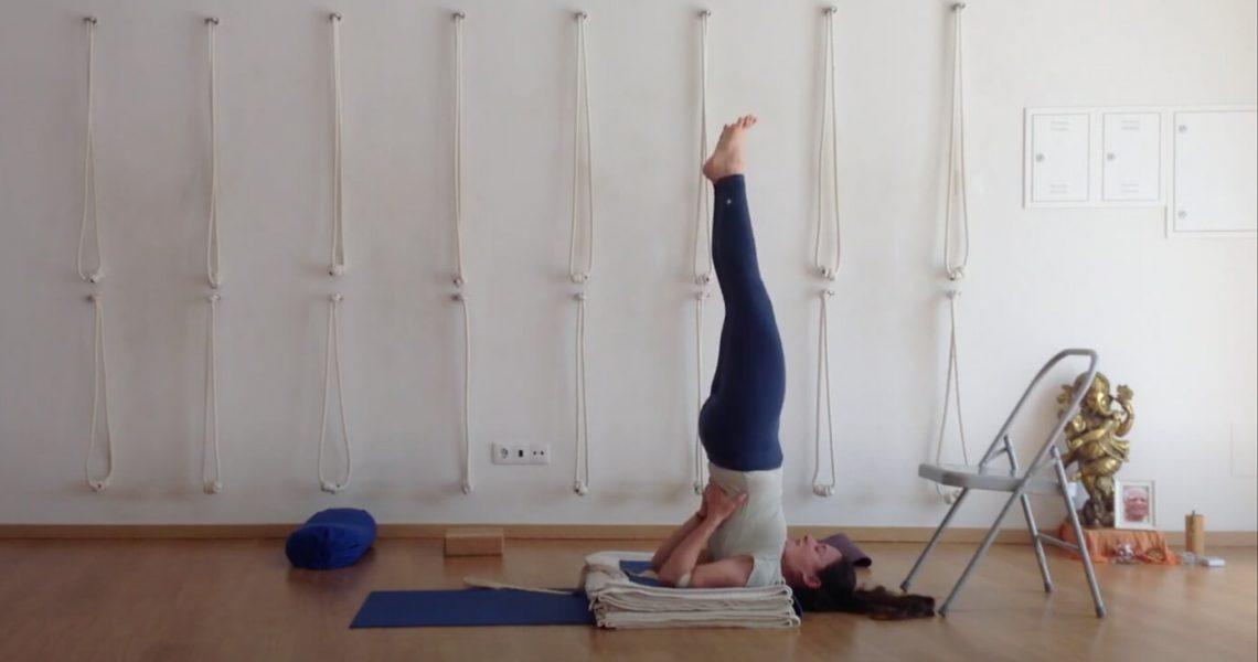 Breve vídeo de Iyengar Yoga com foco nas posturas de pé.