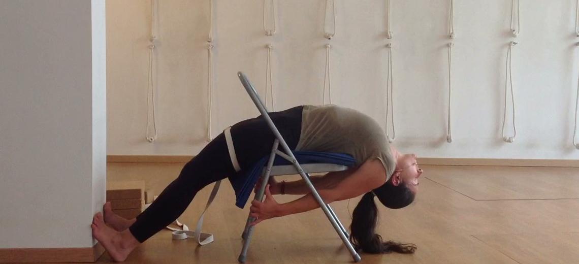Nesta aula de Iyengar Yoga iremos ensinar-vos a efectuar viparita dandasana na cadeira.